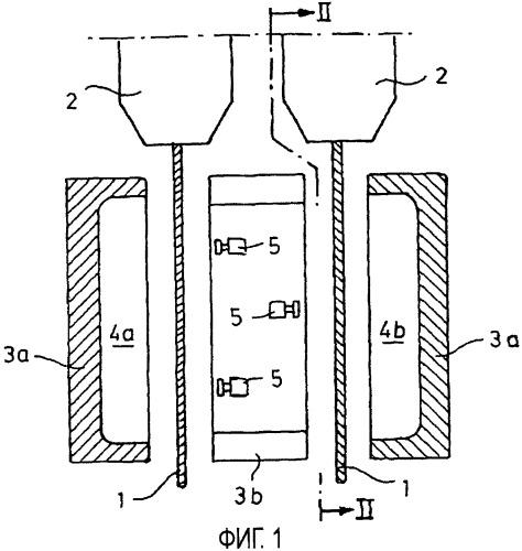 Устройство для экструзии полосовых или ленточных заготовок из термопластичной пластмассы, а также способ экструзии такой заготовки