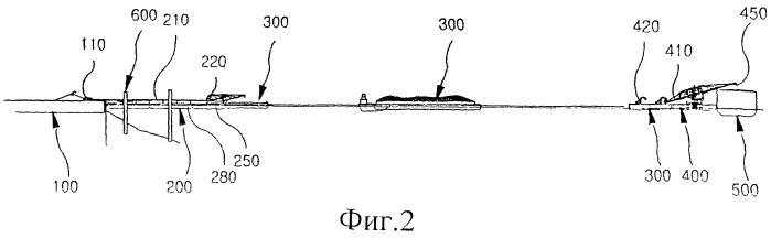 Способ перегрузки материалов, находящихся на прибрежном причале, с помощью перегрузочной баржи и система для перегрузки