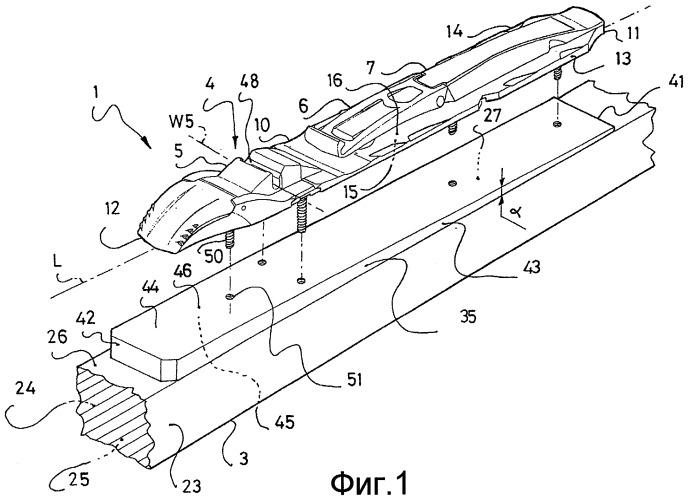 Система, содержащая доску для скольжения и устройство удержания на ней изделия типа лыжного ботинка, и клиновидная прокладка