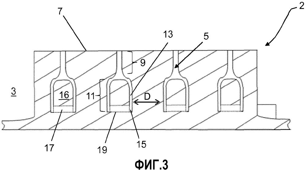 Протектор шины для движения по снегу, содержащий бороздки и полости