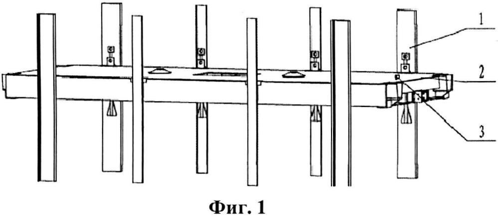 Устройство для регулирования положения промежуточной корпусной детали крупной двухуровневой клети и способ регулирования и перемещения этой детали