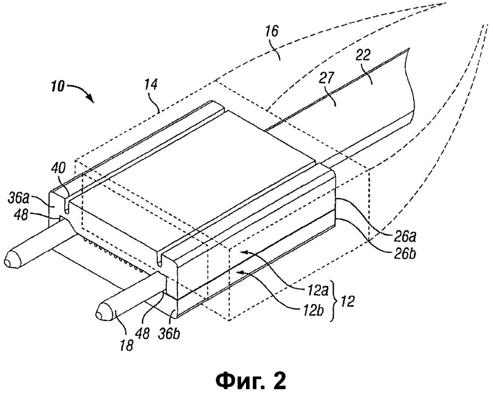 Зажим для соединителя оптического волокна, имеющий гибкую структуру для фиксации расположенных в ряд выводов