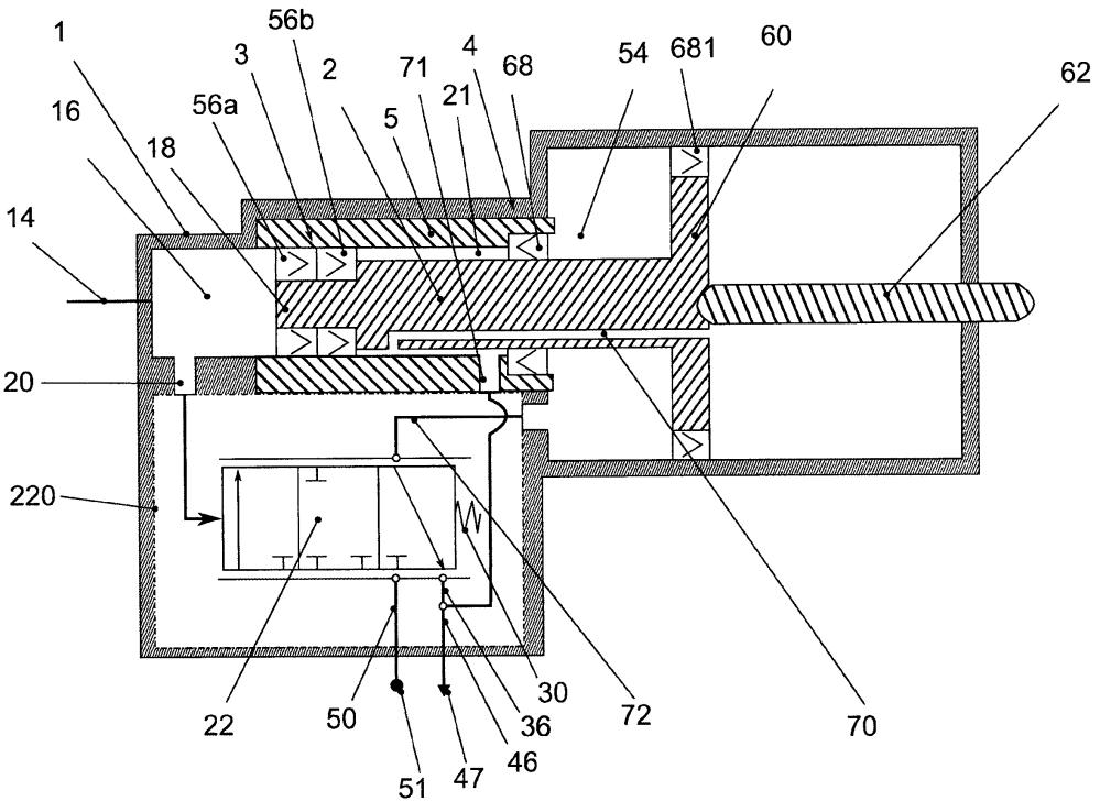 Усилитель привода управления сцеплением с расположенными на участке штока поршня специальными динамическими средствами уплотнения