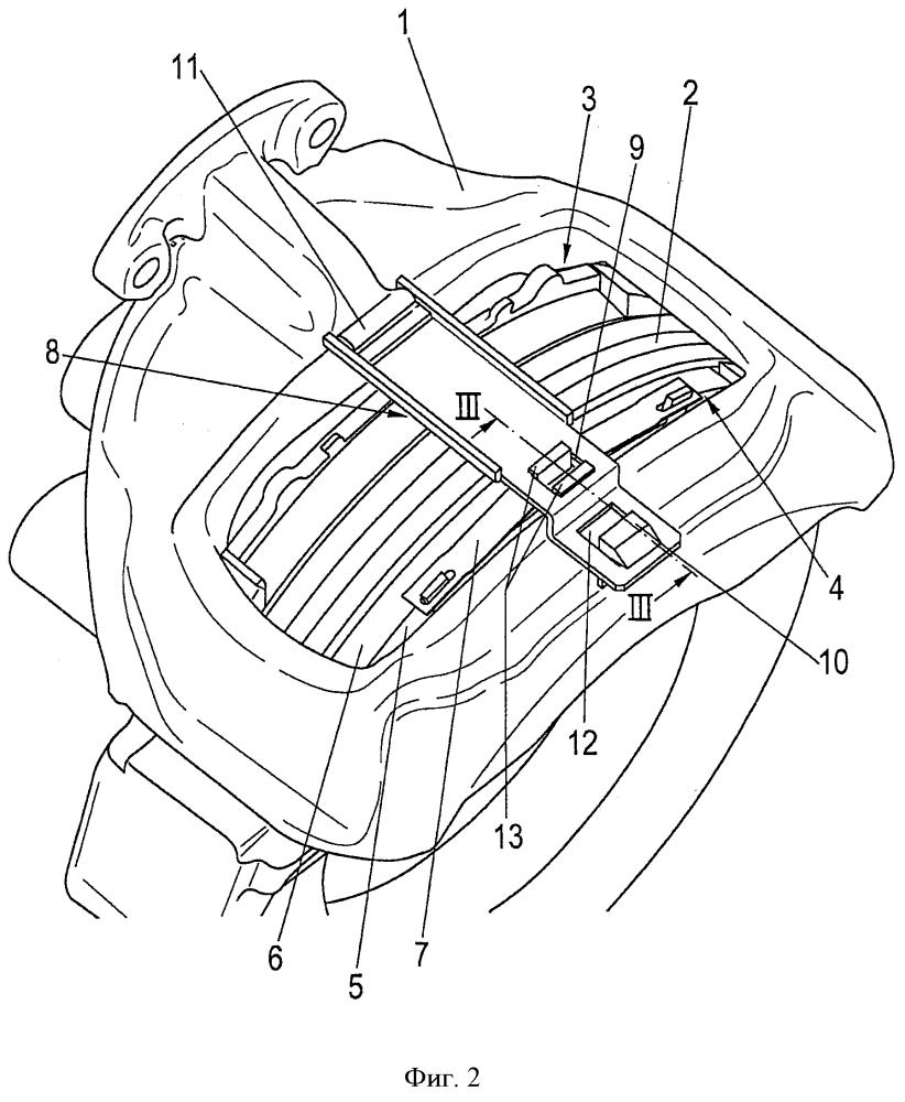 Компоновка удерживающего тормозные колодки хомута на тормозном суппорте дискового тормозного механизма и тормозная колодка