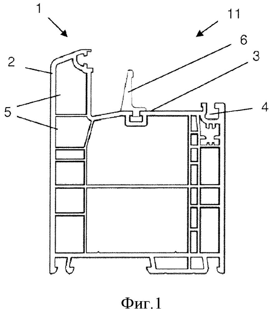 Пластмассовый профиль для рамной констукции двери и/или окна и рамная конструкция двери и/или окна, которая содержит такой пластмассовый профиль