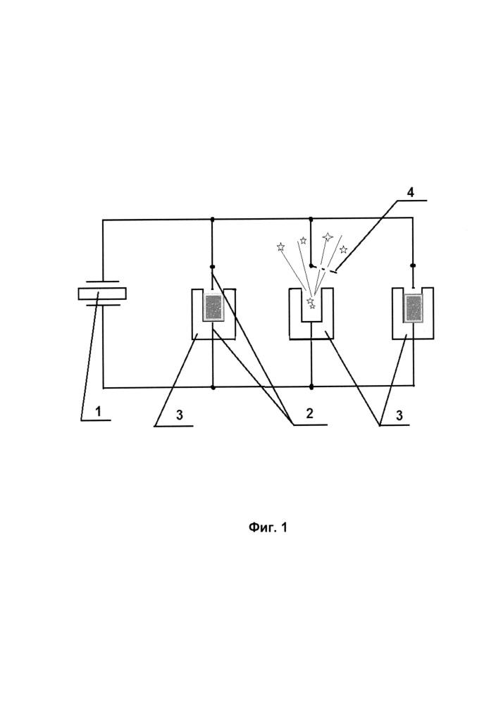 Способ электроискрового инициирования пиротехнических зарядов оружия и устройство оружия для реализации способа (варианты)