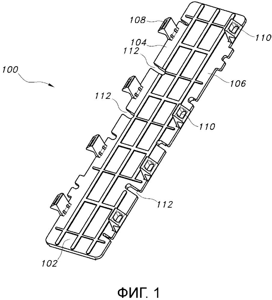Переворачиваемый кронштейн для детали отделки транспортного средства, деталь отделки транспортного средства и узел средней стойки и отделки транспортного средства