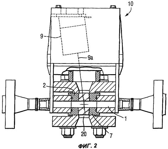 Устройство для обнаружения прохождения порций катализатора через трубопровод, способ и система определения массы порций катализатора