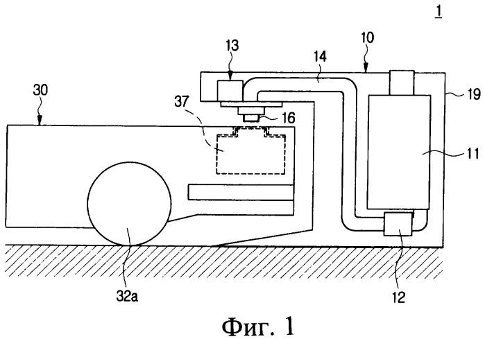 Мобильный робот с заправочной станцией для заправки жидкостью и способ заправки жидкостью